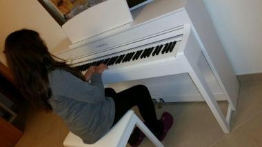 Giulia suona pianoforte yamaha